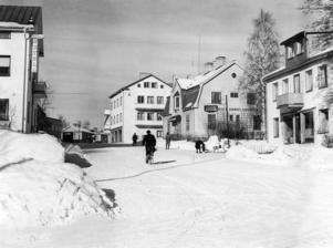 FOTO: STIG ELVÉN. En fin vinterdag 1950 cyklade mannen på bilden förbi hotellet och Källers konditori.