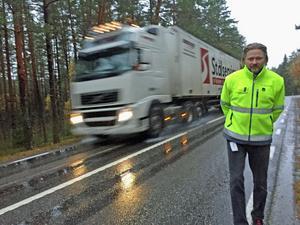 Karl Åkerlind, projektledare Trafikverket underhåll, på den tätt trafkerade väg 668 (före detta 252) som inte ska saltas i vinter.