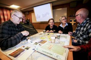 Anna von Sydow, nationalparkssamordnare vid Naturvårdsverket och naturvårdsenhetens chef vid länsstyrelsen i Jämtland, Ruona Burman, reser nu runt och försöker förklara fördelarna med en framtida nationalpark i området kring Vålådalen-Sylarna-Helags. Under onsdagskvällen var det Ånns tur att få besök.