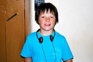 Axel Kaati, 10 år, kommer från Gällivare. Han och hans familj besökte fängelsemuseet i Gävle under fredagen. Fascinerat lyssnar Axel Kaati, 10 år, på historien om Stickan, den sista fången på fängelset i Gävle.