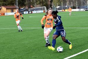 Elizabeth Addo utmanar Kristianstads försvar.