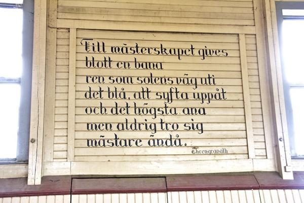 I gula ridhuset, som stod klart 1909, finns flera gamla citat på väggarna.