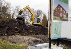 Nu har grävskoporna börjat schakta vid Frösö ängar och i april ska de första villorna vara klara.