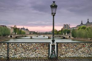 Pont des Arts i Paris dignar under tyngden av hundratusentals hänglås.