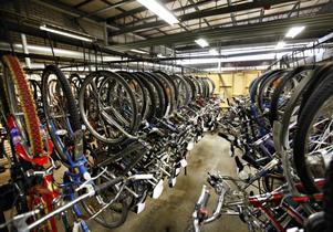 På hittegodsavdelningen finns det plats för omkring 400 cyklar. Under sommaren är det ofta proppfullt.
