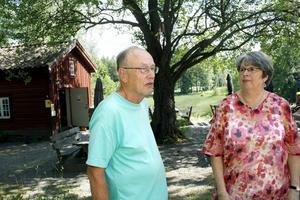 Bertil Olsson och Margareta Granberg är glada över att kaffestugan vid Trehörnings masugn kan hålla öppet även denna sommar.BILD: VERONICA SVENSSON