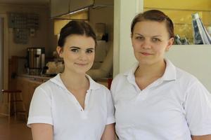 Hanna Ståhl och Angelica Olsson sommarjobbar i serveringen på Kägelholmen i Edsbyn i sommar. De har haft en jämn ström av besökare i sommar, utom när det har regnat eller solen har strålat som mest. Bästa fikavädret är växlande molnighet.