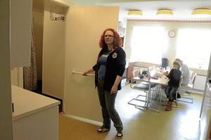 Kök blev toalett. Rut Axelsson visar på de förändringar som renoveringen gav.