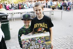 VINNARE. Axel Lindroth från Sollentuna som är på besök hos Sandvikenkompisen Robin Forsling (till vänster) ropade in ett x-boxspel för 70 kronor, flera hundra kronor billigare än i affären.