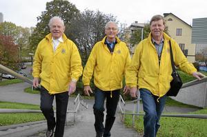 Hjälps åt att hjälpa till. Under 50 år har lokala Lions club ordnat aktiviteter, samlat in pengar och delat ut dem till välgörande ändamål både i Hallsberg och ute i världen. Ständigt på språng är trotjänarna Bertil Fredriksson, Hans-Olov Moberg och Gunnar Svedlund.