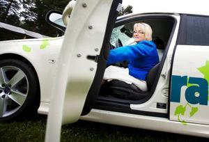 Landshövdingen Britt Bohlin testkörde en av elbilarna i går i samband med EU-konferensen som hålls i Östersund. – Jag tror absolut att fler kommer att börja köra elbil, säger hon.