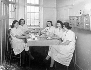 Personal vid fikarast. Bild från 30-talet.