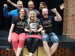 Jublar över SM-segern gör Horndalsrevyns Jonas Bivelöv, Ann Björklund, Mats Marcus, Marina Ström, Kerstin Bohlin och Magnus Lager.