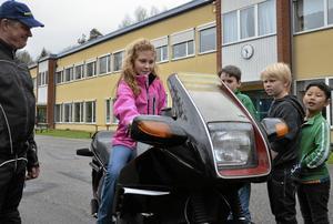 Eleonore Krutholm fick prova att sitta på en motorcykel för första gången. – Det var lite halvläskigt, konstaterar hon efteråt. Mattias Kindberg, Tom Gunnarsson och Lee Jing väntade otåligt på sin tur. Lärare Mikael Bäckström såg till så eleverna inte varvade motorn allt för mycket.