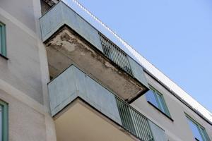 I juni släppte en betongplatta från en av balkongerna.