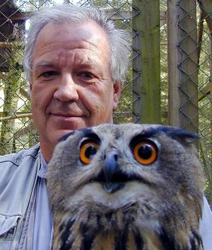Ragnar Nyberg har ett stort intresse för fotografering och fåglar. Här är han själv fotograferad med en berguv i mars 2001.