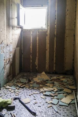 Fredrik började med att riva allt det gamla. Det nya golvet kunde dock läggas på det befintliga. Det primades först och sedan lades golvvärmen på plats och golvet flytspacklades.