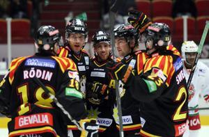 Brynässpelarna jublar efter ett av sina två mål i den första perioden.