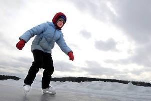 Snålblåst. Erika Lif testade den plogade banan på Runn. Hon har hälsat på mormor, morfar och kusinerna i Falun och är jättenöjd med sitt sportlov, men i dag börjar skolan i Uppsala igen.