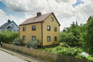 Denna tvåfamiljsvilla byggdes 1926 och kan antingen kombineras med exempelvis företagande eller göras om till en stor enfamiljsvilla.