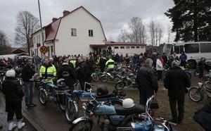 Folkligt och festligt utanför Knutens fritidsgård i Kvarnsveden inför årets sista moppetur.