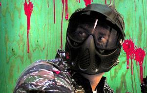 Det var en så kallad painballmask som butiksrånaren tros ha använt. Personen på bilden har ingen direkt koppling till händelsen.