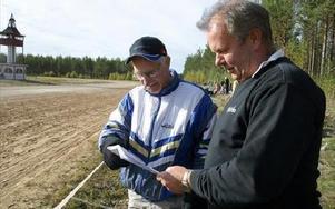 -- Vad tror du om den här hästen? Sune Andersson (t v) och hans son Roland Hagström, som för övrigt var med och sponsrade bygdetravet, funderade över tänkbara alternativ på vinnarspelet.FOTO: ERIC SALOMONSSON