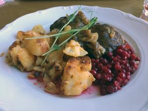 Pannbiffen är lite för hård, och den stekta potatisen serveras kall.