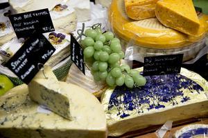 Inbjudande och smakrika ostar från kontinenten möter kunderna.