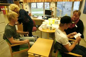Vaccination på Staffangymnasiet. Adam Jonsson får sin spruta av Margareta Persson och Jimmy Nordh bli vaccinerad av Birgitta Strid.