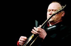 Flyhänte gitarristen Andreas Pettersson.