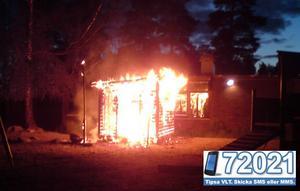 Ett förråd vid Nibbleskolan i Hallstahammar totalförstördes i en brand natten till torsdag.