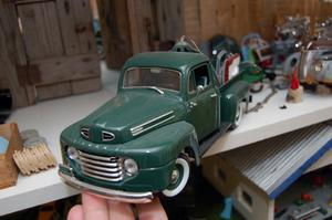 Här är en flakbil som Ove Andersson själv byggt upp till sin samling.