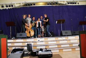 Förra året spelade de för 600 stycken i Öjeparken. I år hoppas de på att få öppna upp hela kyrkan.