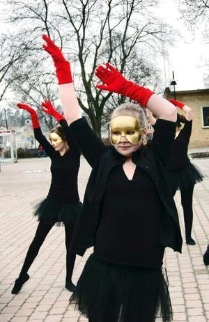 Bäst i länet. Kulturskolan i Hällefors har för tredje året i rad utsetts av Lärarförbundet till den bästa i Örebro län. Här ger danselevernaen föreställning på torget.
