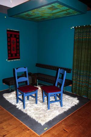 Inredning från Walles fjällhotell, design Nils Lindholm. Själv har han ritat vinkelbänk och stolar och konstruerat lystaket.