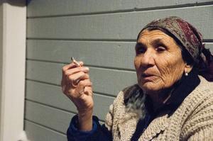 Jordana Nusianova andas ut röken från en cigarett.