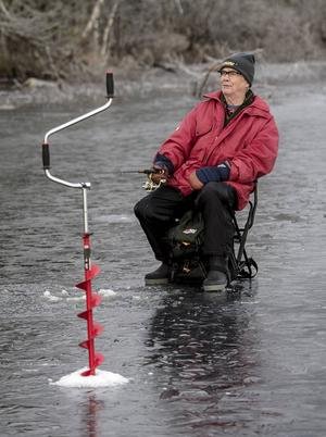 Åke Sjödin är redo för hugget. Ett kraftig spö med rulle och stark lina, ska klara regnbågen – om den hugger.