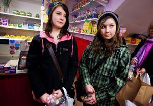 Sabina Hjärtström och Lisa Reinhammar, Ås:– Vi köper lika mycket som vanligt men får påskägg hemma också så det blir ganska mycket tillsammans, säger de.
