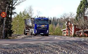Arkivbild: En timmerbil längs väg 293. Foto: Staffan Björklund