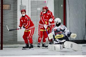 Tomas Knutson håller koll vid hörna längst till vänster (arkivfoto).