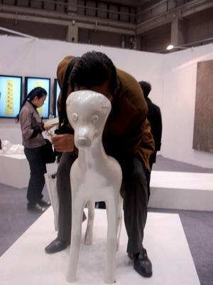 """Hundperspektiv. Skulptur i plast och videon """"Dogs"""", av Hung-Chih Peng, Taiwan, visad på Art Beijing Contemporary Art Fair, Beijing."""