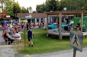 Musiköverraskning. Ett gäng Köpingsbor, och medflemmar i Bil- och teknikhistoriska föreningens mopedsektion, blev glatt överraskade av att det denna kväll bjöds på musik när de kom till Nostalgibyn utanför Frövi i torsdags kväll. De åkte på moped från rätt tid i förhållande till sina egna åldrar. Cirka fyra mil enkel resa. Att en av deltagarna dessutom vann på kvällens lotteri gjorde säkert inte saken sämre. Trion Buddy Larson & The Rimcross från Karlskoga stod för tidsanpassad musik med tyngdpunkt i tid runt 1960. Bland annat Elvis och en mycket personlig tolkning av Johnny Cash´s Walk the line.Foto: Michael LAndberg