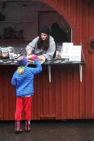 Camilla Byström. Östersund, prövar chips som Mörsjö deli tillverkat. Här ser vi även Rebecca Bergström.