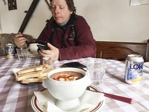 Lunch där Anita Ekman  serverar goda renstutar, gulaschsoppa, hamburgare och annat  smått och gott.