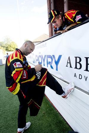 Tony Lundkvist från Örbyhus fick äntligen Tommy Sjödins tolv år gamla matchtröja signerad.