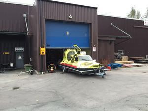 Den kraftfulla fläkt som driver Sjöräddningssällskapets svävare Rescue Virgina Wijk över den isbelagda Mälaren på vintrarna kan även användas sommartid för att vädra ut brandrök. En av räddningstjänstens fläktar som används för att vädra ut brandrök hade havererat – då kontaktade man Sjöräddningssällskapet.