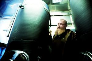 Joel Karlsson visar tankarna med mjöd där jäsningsprocessen pågår.