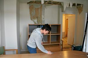 Agnetha Lundgren, en av kommunens ekonomer flyttar ut ur sitt rum som ligger mitt emot kommunalrådets kontor.