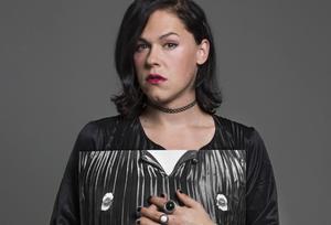 Skådespelaren Saga Becker är en av personerna som fått sina bröst fotograferade av Elisabeth Ohlson Wallin.